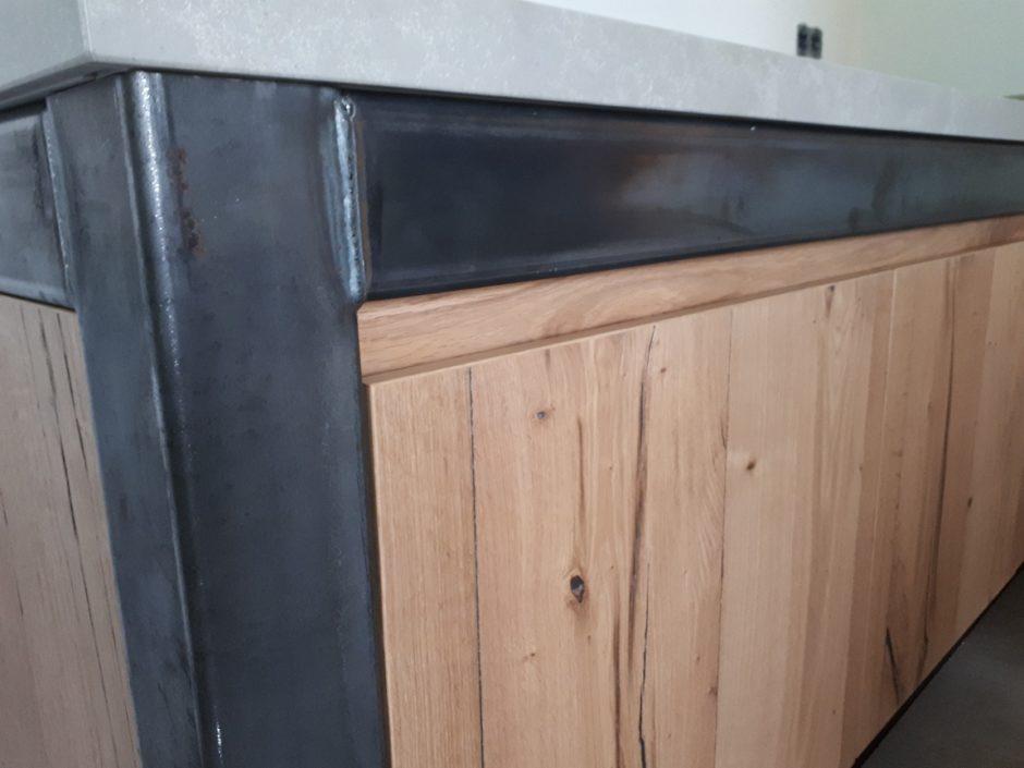 Buitenkeuken buiten of binnen blauw staal met eiken balk motief composiet blad Maatwerk op maat hout K2 Keukens en Meubels vakmanschap 2