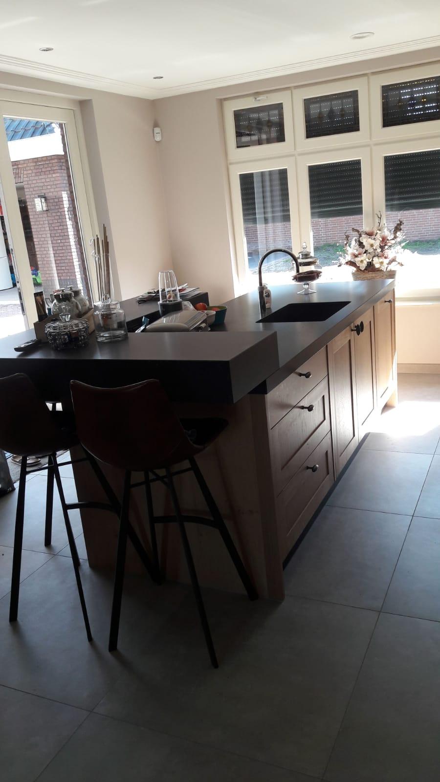 Landelijke keuken massief eiken met een eiland bar zitgedeelte Falcon inductie fornuis handgemaakt keuken Maatwerk op maat hout K2 Keukens en Meubels vakmanschap0