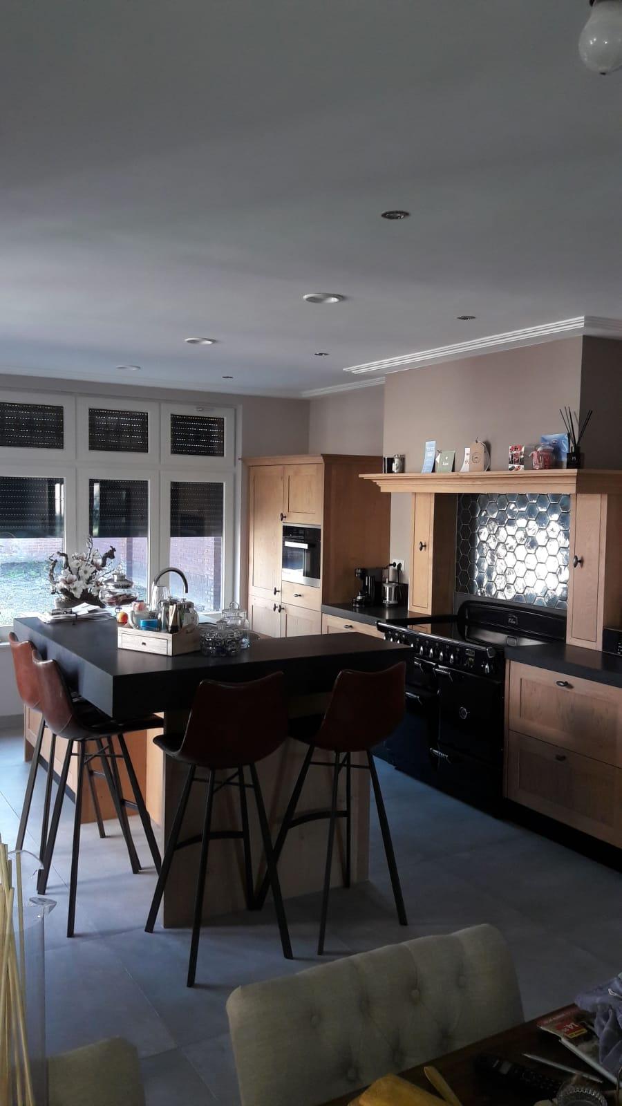 Landelijke keuken massief eiken met een eiland bar zitgedeelte Falcon inductie fornuis handgemaakt keuken Maatwerk op maat hout K2 Keukens en Meubels vakmanschap2