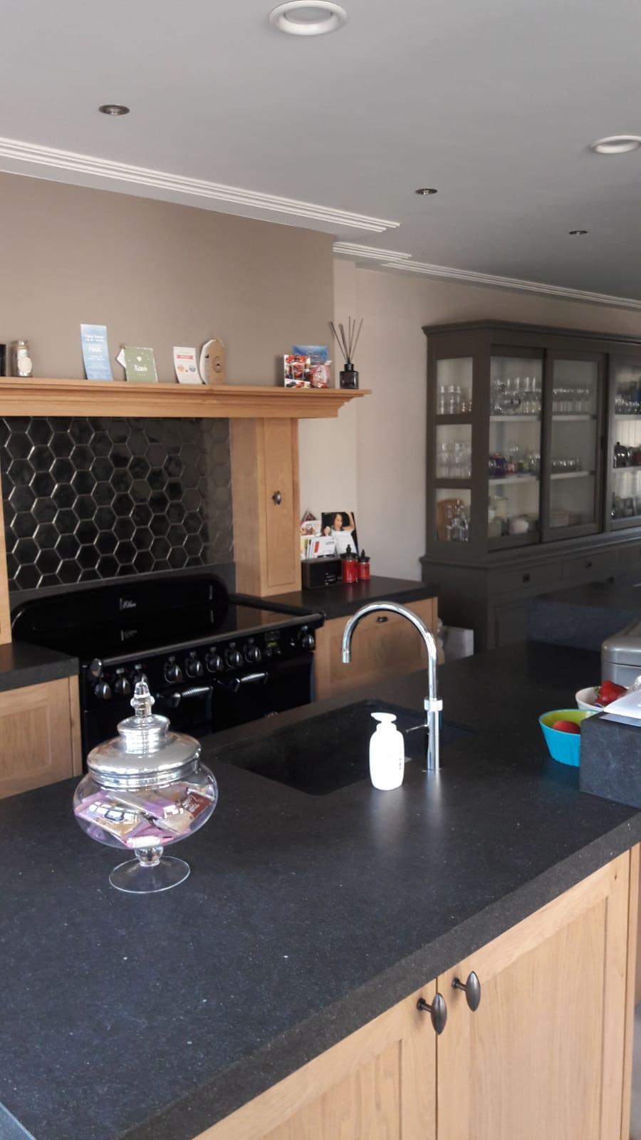 Landelijke keuken massief eiken met een eiland bar zitgedeelte Falcon inductie fornuis handgemaakt keuken Maatwerk op maat hout K2 Keukens en Meubels vakmanschap3