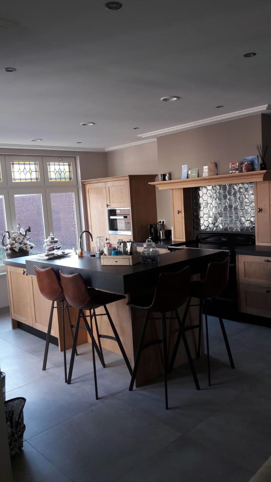 Landelijke keuken massief eiken met een eiland bar zitgedeelte Falcon inductie fornuis handgemaakt keuken Maatwerk op maat hout K2 Keukens en Meubels vakmanschap4