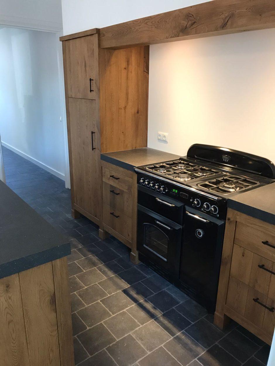 Massief eiken keuken met kader op eiken pootjes op maat hout maatwerk keuken K2 Keukens en Meubels Exclusief 2