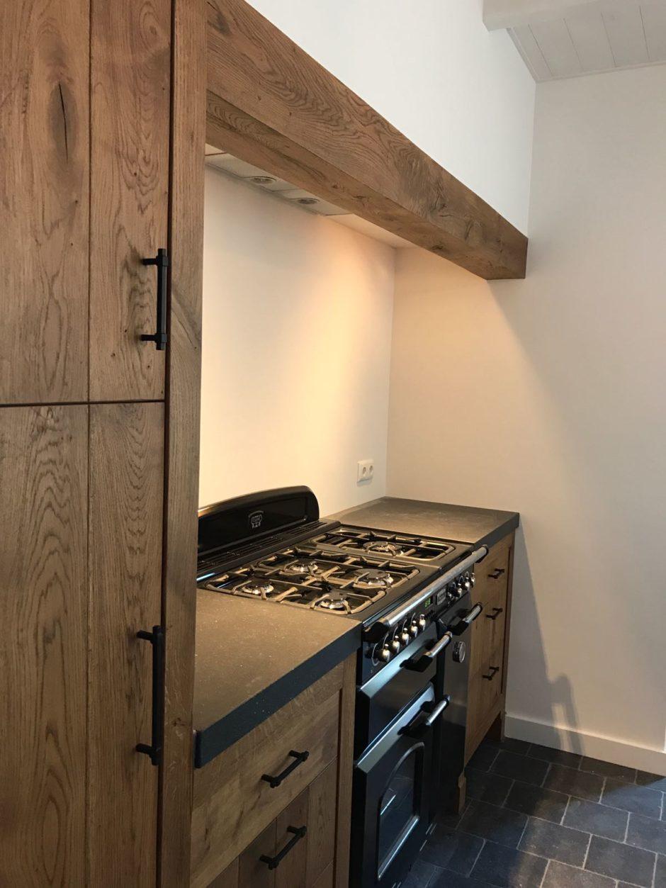 Massief eiken keuken met kader op eiken pootjes op maat hout maatwerk keuken K2 Keukens en Meubels Exclusief 3