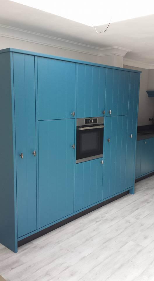 boeren groen-blauwe keuken met maatwerk kasten