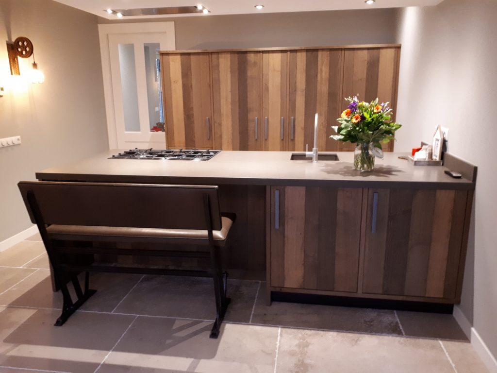 exclusieve keuken op maat, gemaakt van een donkere houtsoort en natuursteen
