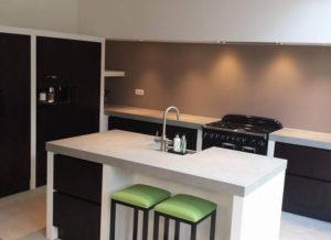 luxe keuken hoogglans wit met bargedeelte
