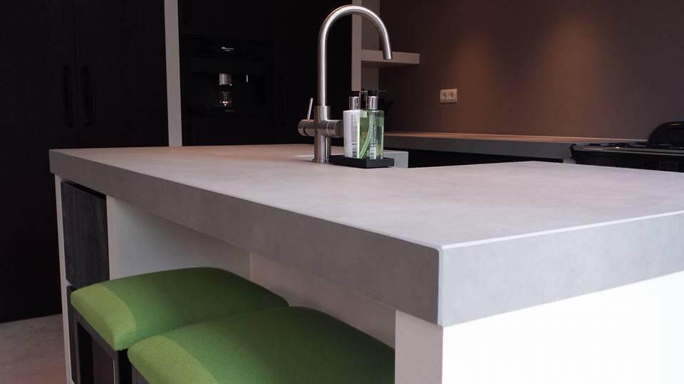 luxe keuken hoogglans wit met betonlook werkblad