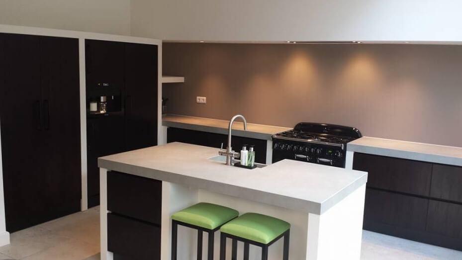 Moderne keuken op maat: hoogglans wit met natuursteen blad